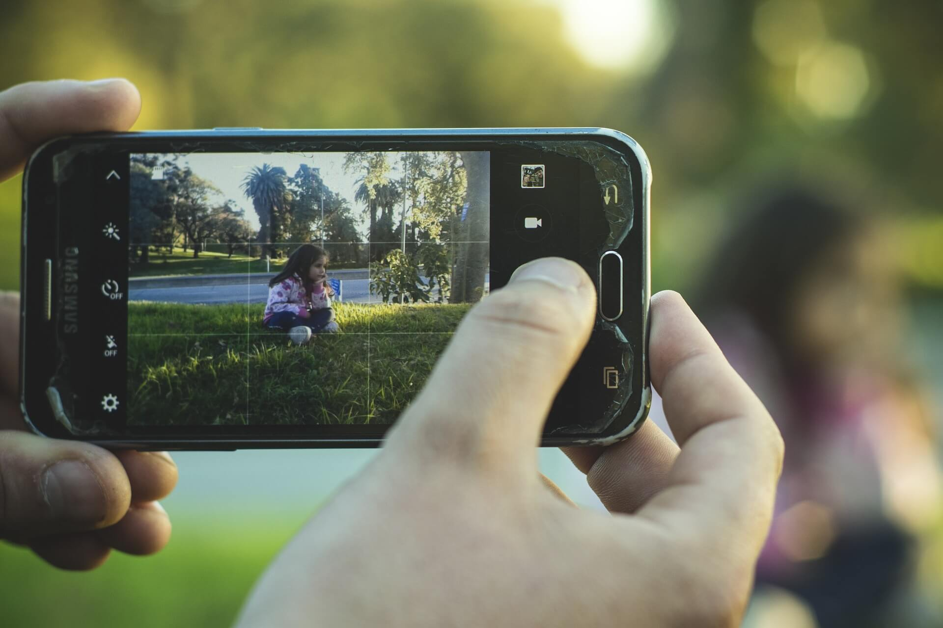 content/fr-fr/images/repository/isc/2020/is-it-safe-to-post-photos-of-your-kids-online.jpg